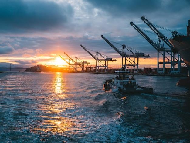 Foto panorâmica de plataformas de petróleo no mar com um lindo pôr do sol