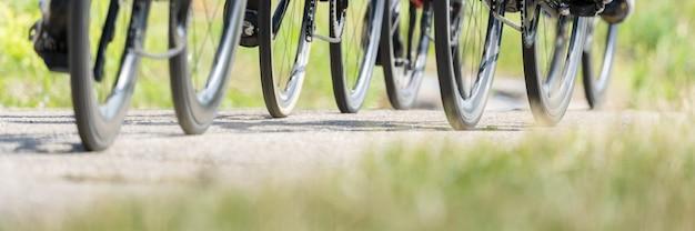 Foto panorâmica de rodas de bicicleta andando no chão