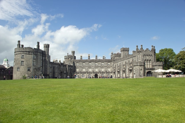Foto panorâmica de um dia ensolarado nos jardins do castelo de kilkenny