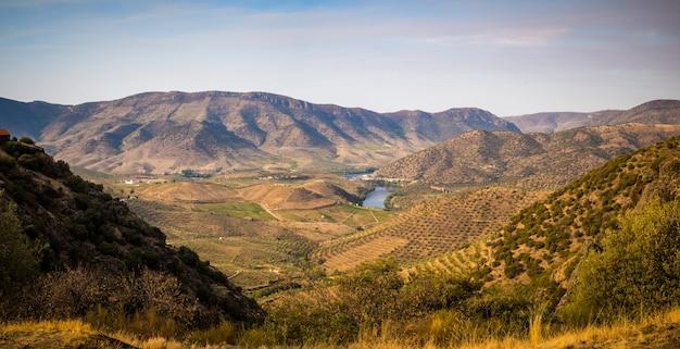 Foto panorâmica de uma bela paisagem de montanha e rio ao pôr do sol em portugal