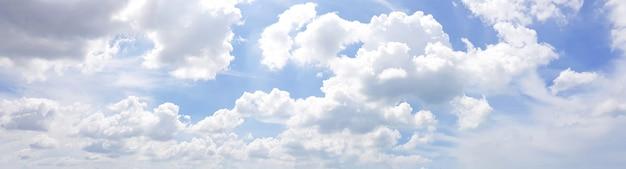 Foto panorâmica do céu azul claro com nuvem branca.