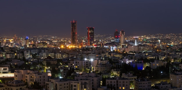 Foto panorâmica noturna do novo centro da cidade de amã, capital da jordânia