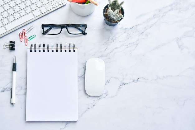 Foto plana leiga do espaço de trabalho. notebooks de simulação de vista superior