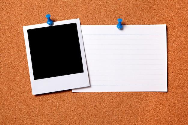 Foto polaroid em branco com cartão de índice