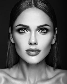 Foto preta e branca do retrato de glamour sensual da senhora modelo mulher bonita
