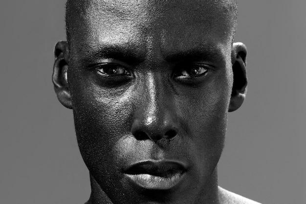 Foto preto e branco de homem afro-americano a olhar