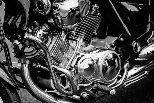 Foto preto e branco do close up do motor da motocicleta com muitos detalhes do cromo. motocicleta de estrada poderoso desempenho moderno com tubos de escape.