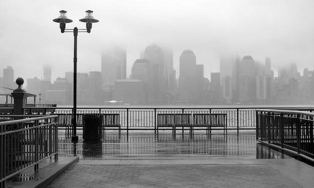 Foto preto e branco do horizonte de nova york em um dia chuvoso
