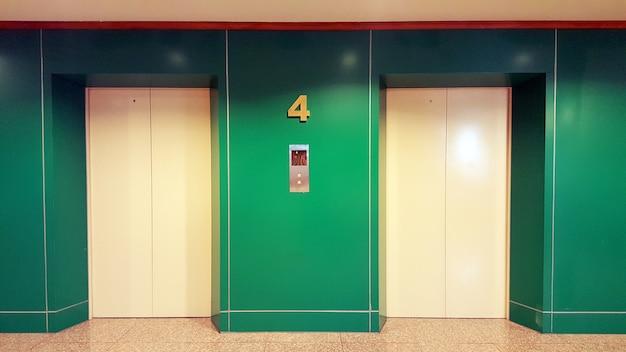 Foto realística aberta e fechado das portas do elevador do prédio de escritórios do metal do cromo.
