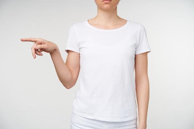 Foto recortada da mão de uma jovem segurando o dedo indicador horizontalmente enquanto mostra a letra p na linguagem de sinais, sendo isolada sobre um fundo branco