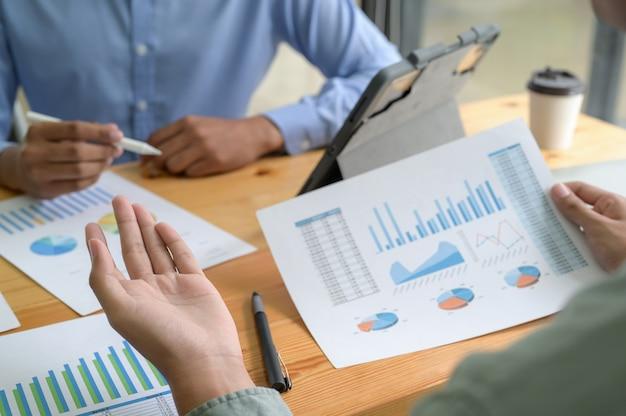Foto recortada de a equipe do escritório está acelerando o resumo anual de desempenho dos negócios
