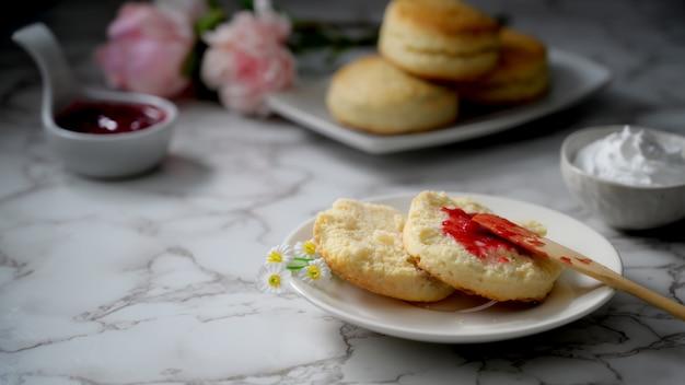 Foto recortada de bolinhos com geléia de morango, creme de leite e espaço para texto