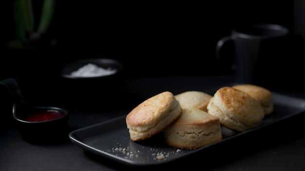 Foto recortada de bolinhos com geléia de morango e creme de leite
