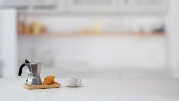 Foto recortada de cesta de frutas e cópia espaço na mesa de mármore com cozinha turva