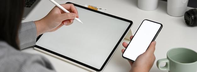 Foto recortada de designer feminino procurando informações no smartphone mock-up horizontal