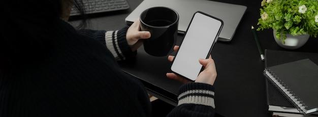 Foto recortada de empresária relaxante com café quente e smartphone