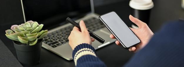 Foto recortada de empresária trabalhando com tablet digital