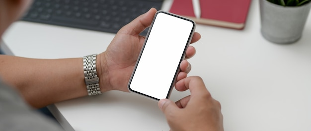 Foto recortada de empresário masculino usando smartphone