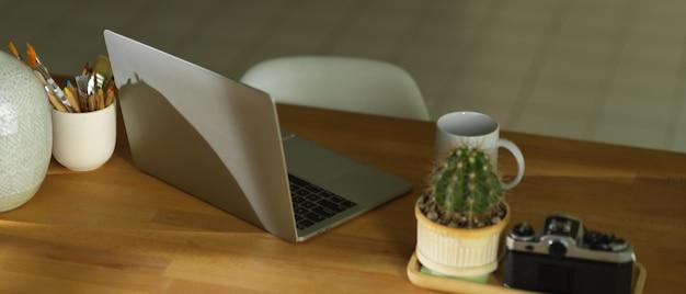 Foto recortada de espaço de trabalho com laptop
