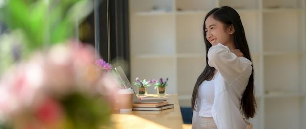 Foto recortada de estudante universitário sentado na cafeteria e relaxante