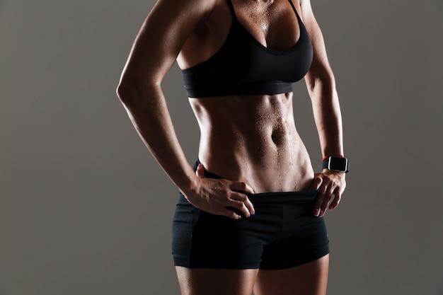 Foto recortada de incrível corpo de mulher jovem esportes
