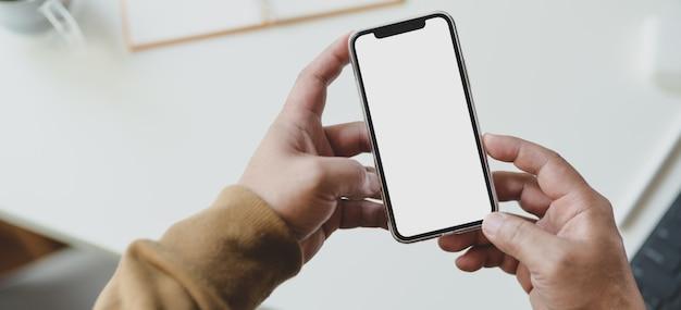 Foto recortada de jovem procurando informações em seu smartphone