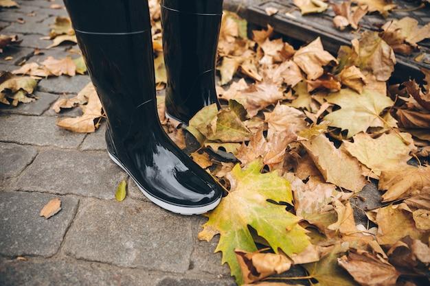 Foto recortada de menina vestida de botas de borracha