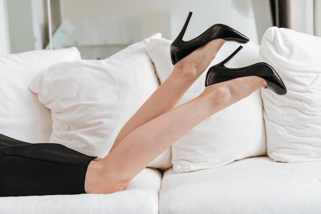 Foto recortada de negócios jovem senhora vestida de saia preta