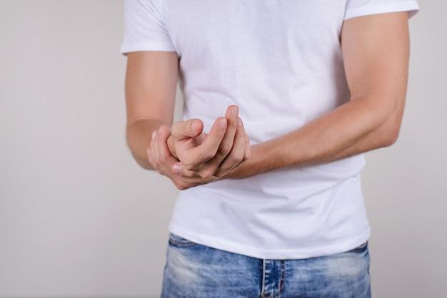 Foto recortada de perto, retrato de um infeliz triste chateado e estressado insatisfeito, segurando a palma da mão na mão, isolada em um fundo cinza.