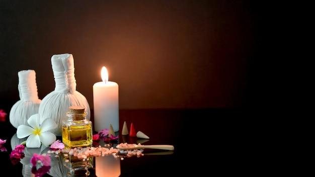 Foto recortada de tratamento de spa e relaxar o conceito com acessórios de spa, vela e aroma de óleo