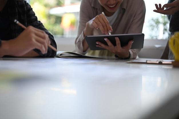 Foto recortada de um grupo de jovens designers trabalhando e discutindo sobre um novo projeto no escritório criativo.
