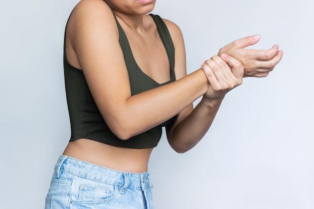 Foto recortada de uma jovem segurando um pulso na mão lesões no pulso dor no braço neuralgia