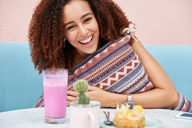 Foto recortada de uma mulher afro-americana alegre sendo feliz, encontrando-se com um amigo