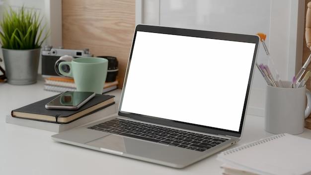 Foto recortada do espaço de trabalho de design com laptop mock-up
