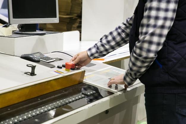 Foto recortada do operador da máquina de trituração