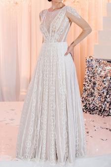 Foto recortada noiva em vestido caro e luxuoso na cerimônia no dia do casamento