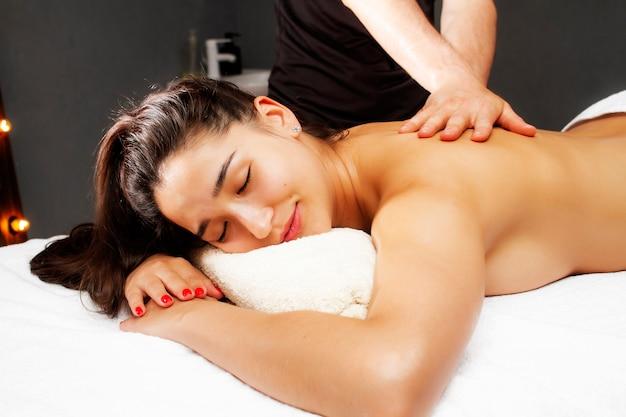 Foto relaxante de massagem nas costas do spa. massagista e paciente.