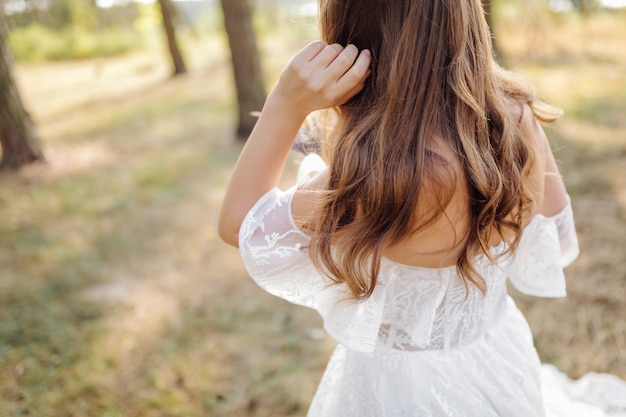 Foto romântica na floresta de fadas. mulher bonita