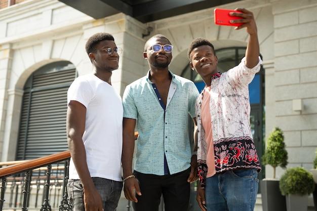 Foto selfie de três amigos africanos
