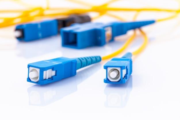 Foto simbólica dos conectores da fibra ótica para a conexão a internet rápida.