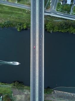 Foto simétrica aérea de uma ponte