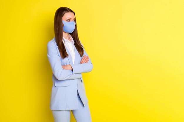 Foto smart boss marqueteiro menina máscara respiratória mãos cruzadas olhar copyspace trabalho seguro escritório covid quarentena usar blazer azul jaqueta calças calças isoladas brilho brilhante cor de fundo