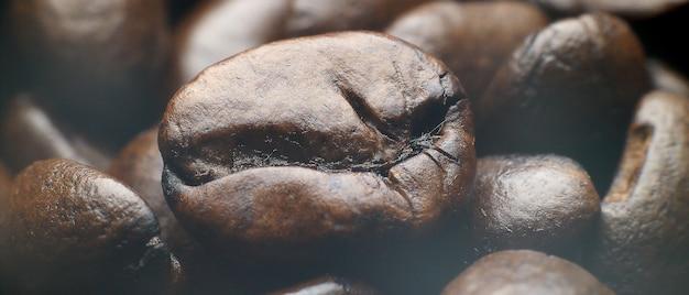 Foto super macro de grãos de café arábica torrados.
