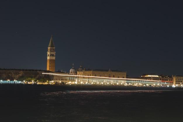 Foto timelapse de luzes nos canais de veneza na itália à noite
