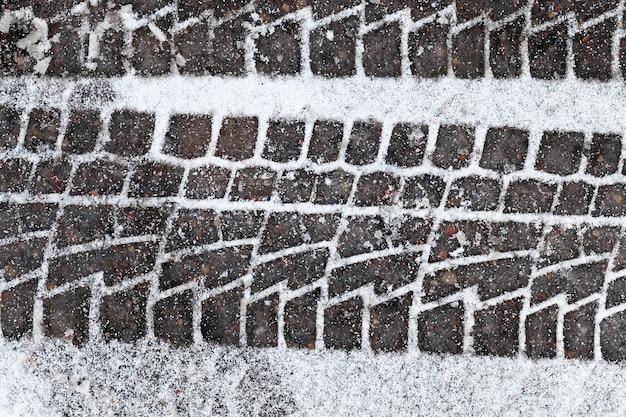 Foto tirada no inverno após a queda de neve em uma pequena estrada rural. neve no chão