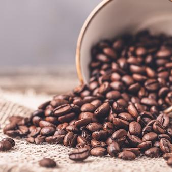 Foto tonificada de grãos de café da xícara de café. fechar-se