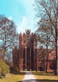 Foto vertical da abadia na região da alemanha durante o dia