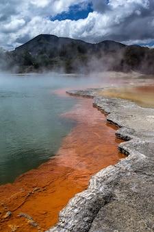 Foto vertical da área geotérmica de waiotapu, no extremo sul do centro vulcânico de okataina