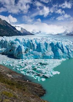 Foto vertical da geleira santa cruz moreno, na argentina
