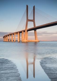 Foto vertical da ponte vasco da gama